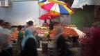 Palästinenser strömen in einen Markt, um Lebensmittel zu kaufen, nachdem ein fünfstündiger Waffenstillstand in Gaza-Stadt angekündigt worden war.