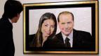 Ein Mann betrachtet das Gemälde «Silvio & Ruby» des  israelischen Künstlers Dodi Reifenberg.
