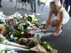 Eine Angehörige legt Blumen beim Flugplatz Schipol in Amsterdam niede
