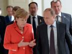 Angela Merkel spricht mit Vladimir Putin an der WM in Rio