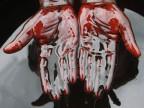 Bei einem Protest gegen eine nigerianische Ölfirma taucht ein Demonstrant seine Hände in Öl, 2011