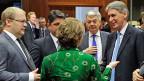 Die EU-Aussenbeauftragte Catherine Ashton in Diskussion mit Teilnehmern der EU-Aussenministerkonferenz in Brüssel.