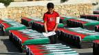 Ein junger Palästinenser bereitet symbolische Särge vor - für eine Protestkundgebung gegen das Vorgehen Israels in Gaza.