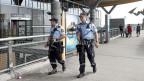 Bewaffnete Polizeipatrouille vor dem Flughafen in Oslo am 24. Juli 2014.