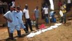 Junge Freiwillige aus der Region rund um Kailahun im Nordosten von Sierra Leone werden von einem Arzt von Medecins sans Frontières instruiert.