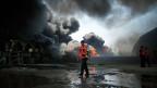 Palästinensische Feuerwehrleute bekämpfen den Brand des einzigen Kraftwerks im Gazastreifen.