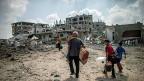 Ein palästinensischer Mann kehrt mit seinen Söhnen nach Hause zurück.