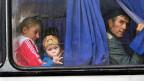 Raus aus der gefährlichen Stadt Donezk. Immer mehr Menschen versuchen, einen Platz in einem Bus Richtung Russland zu ergattern.