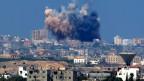 Rauchwolke nach einem israelischen Luftangriff auf den Gazastreifen im Süden Israels am 8. August  2014 als Reaktion auf Raketenangriffe durch militante Palästinenser nach einer dreitägigen Waffenruhe.