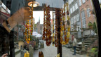 Bernsteinschmuck an einem Verkaufsstand in der Altstadt von Danzig.