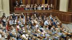 Das ukrainische Parlament, im Hintergrund die Minister. Ende Juli in Kiew.