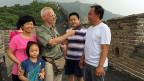 Urs Morf mit Chinesinnen und Chinesen auf der Grossen Mauer.