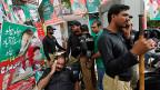 Anhänger des Oppositionellen Imram Khan brechen auf zum «Friedensmarsch» in Lahore.