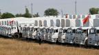 Die weissen Lastwagen des russischen Hilfskonvoi parken kurz vor Rostow.