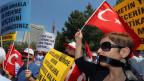 Proteste beim türkischen Konsulat. Die Demonstranten fordern die Freilassung der 49 türkischen Geiseln in Mosul, Nord-Irak.