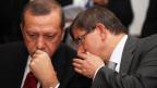 Ministerpräsident Recep Tayyip Erdogan (links) und sein Aussenminister Ahmet Davutoglu (rechts) bei einem Treffen in Tunis am 15. September 2011.
