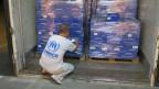 Mitarbeiter der UNO kontrolliert die Waren eines russischen Lastwagens