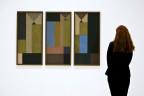 Eine Frau betrachtet Ölgemälde von Sophie Täuber-Arp