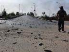Misrata-Rebell schrietet über Patronenhülsen auf dem Flughafenarea