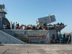 Gerettete Flüchtline auf einem Schiff der italienischen Marine