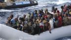 Migranten in einem Boot vor der italienischen Insel Sizilien.