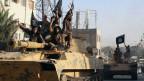 Isis-Kämpfer paradieren in der Stadt Raqqa in Syrien.