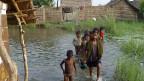 Kinder im überfluteten Nawa Purma.