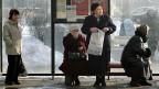 An einer Bushaltestelle in Narwa. In der Industriestadt leben fast 95 Prozent Russen.