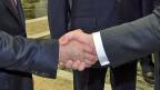 Wladimir Putin und Petro Poroschenko beim Handschlag am 26. August in Minsk. Via Telefon klappte die Verständigung scheinbar nicht.