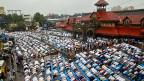Die Hoffnung von al-Kaida: Anhänger finden unter den zahlreichen Muslimen Indiens. Bild: Muslime beten während des Ramadans vor einem Bahnhof in Mumbai.