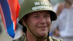 Unterstützung aus Moskau für die prorussischen Separatisten in der Ostukraine: Auf dem Helm eines Demonstranten, der vor einer neurussischen Fahne posiert, steht: «Keine Sorge, wir werden durchbrechen».