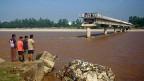 Eine Brücke über den Fluss Tawi im Norden Indiens ist zur Hälfte von den Fluten mitgerissen worden.