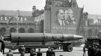 Zurück zum Kalten Krieg? 71 Prozent der Amerikaner und 68 Prozent der Europäer haben inzwischen ein rundweg negatives Bild von Russland. Bild: Eine Rakete auf dem Roten Platz in Moskau, am 1. Mai 1963.