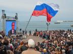 Gebannt blickt die Menschenmenge auf die Übertragung einer Rede Putins in Sewastopol