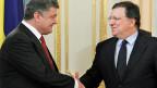 Händedruck zwischen dem ukrainischen Präsidenten Poroschenko und EU-Kommissionspräsident Barroso bei einem Meeting am 12. September in Kiew. Inzwischen haben beide Parlamente das Assoziierungsabkommen besiegelt.
