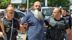 Kosovarische Polizisten verhaften am 12. August in Pristina einen Mann, der in Syrien und Irak gekämpft hat - und nach seiner Rückkehr offenbar versucht hat, Kämpfer für IS anzuwerben.