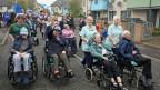 Insassinen und Insassen eines Altersheims nehmen an einem «Short Walk to Freedom» in Edinburg teil.