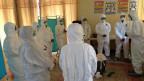 Freiwillige HelferInnen werden darüber informiert, wie sie sich am besten gegen eine Ansteckung mit dem Ebola-Virus schützen können.