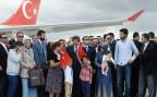 der türkische Premierminister Ahmet Davutoglu begrüsst die zurück gekehrten Geiseln