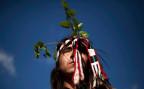 ein chilenischer Mapuche-Indio mit traditionellem Kopfschmuck