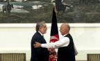 Abdullah Abdullah und Ashraf Ghani schütteln sich die Hand nach der Unterzeichnung der Machtteilung