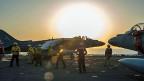 US-Kampfjets starten von einem Flugzeugträger im Persischen Golf in Richtung Syrien.
