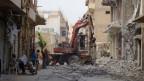 Beseitigung von Schutt im Zentrum von Raqqa nach dem Beschuss durch Al-Assad-treue Kräfte am 25. September 2014.