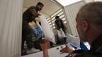Um den syrischen Vertriebenen helfen zu können wie bis jetzt, bräuchte das UNO-Welternährungsprogramm bis Ende Jahr 352 Millionen Dollar, pro UNO-Mitgliedsland macht das 1,82 Millionen Franken. Bild: Im Mai 2014 werden im Osten der syrischen Hauptstadt Hilfsgüter entladen.