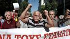 «Die Sozialwerke sind die nächste Megatonnenbombe in Griechenland», sagt die Wirtschaftsjournalistin Kaki Bali. Bild: Pensionierte protestieren am 2. Oktober in Athen gegen die Reformen der griechischen Regierung.