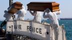 Kurz hintereinander kenterten vor Lampedusa im 2013 zwei übervolle Flüchtlingsboote, hunderte Menschen ertranken.