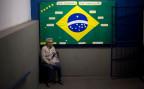 eine Brasilianerin wartet auf die Stimmabgabe