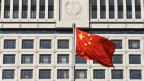 Zu sehen ist die chinesische Landesflagge vor einem Gerichtsgebäude in der Provinz Shandong in China.