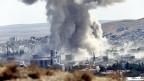 Nach einem US-Luftangriff auf Stellungen von IS-Milizen im Westen von Kobane hängt eine Rauchsäule über der Stadt.