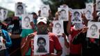 Studenten vom Lehrerseminar in Ayotzinapa mit den Bildern ihrer ermordeten Kollegen.